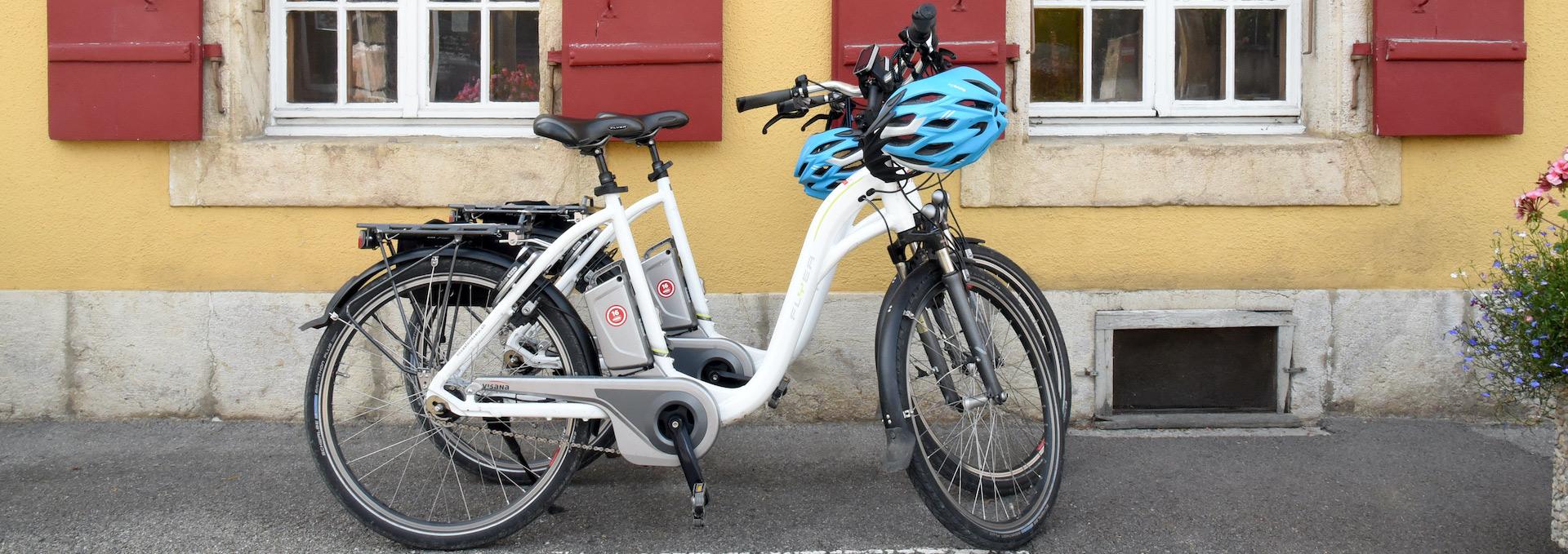 Vélo devant l'Hôtel de l'Aigle